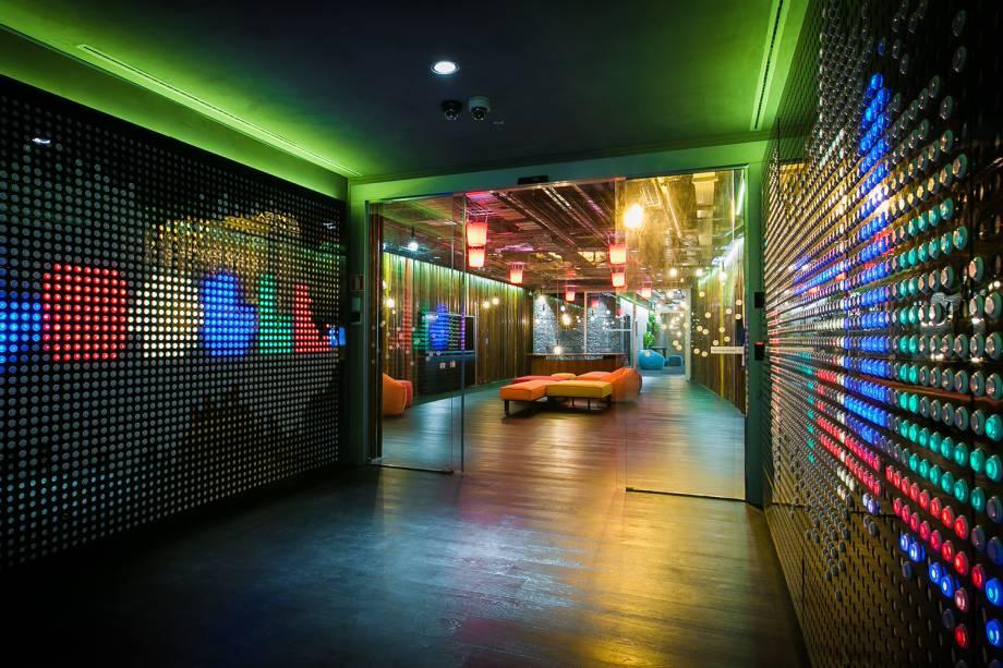 Recepção do escritório do Google, com iluminação diferenciada, em São Paulo