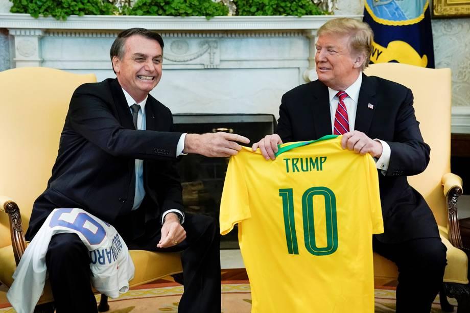 Jair Bolsonaro presenteia Donald Trump com uma camisa da Seleção Brasileira, durante encontro na Casa Branca, em Washington - 19/03/2019