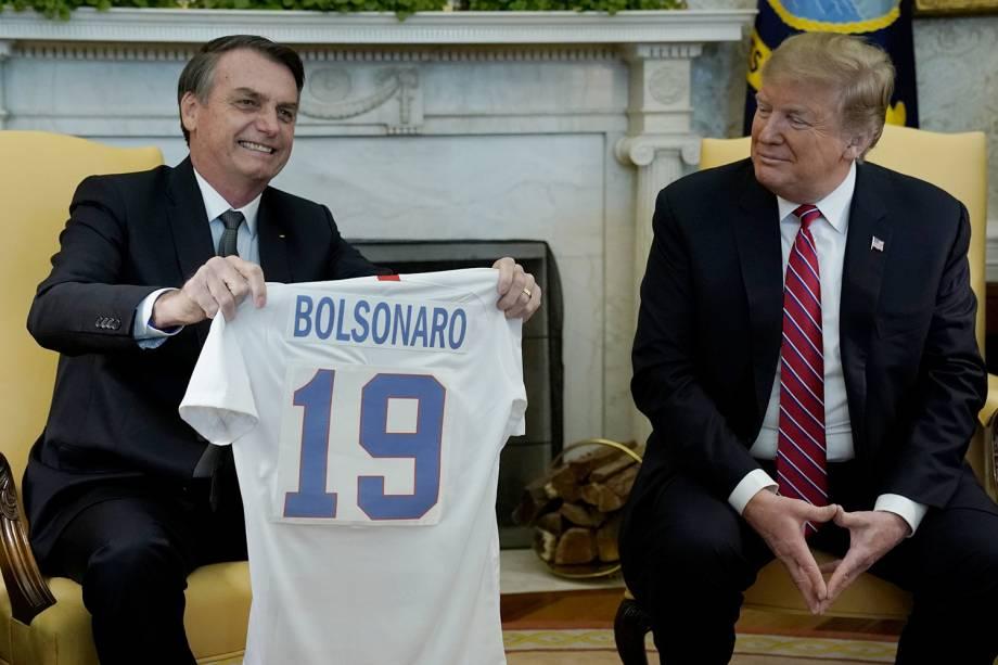 Donald Trump presenteia Jair Bolsonaro com uma camisa da seleção americana de futebol, durante encontro na Casa Branca, em Washington - 19/03/2019