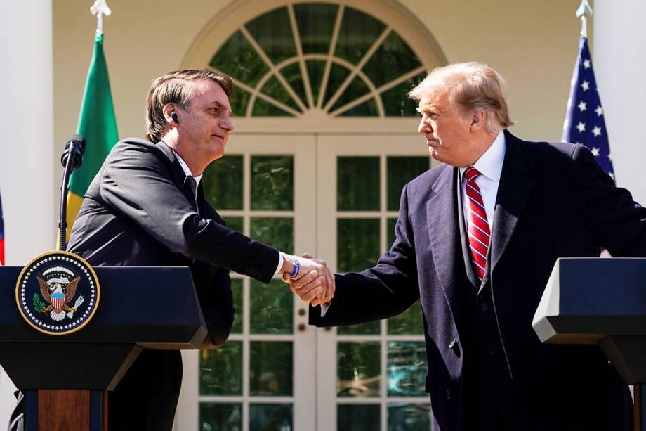 O presidente americano Donald Trump e o presidente do Brasil, Jair Bolsonaro, se cumprimentam antes de  entrevista no jardim da Casa Branca - 19/03/2019