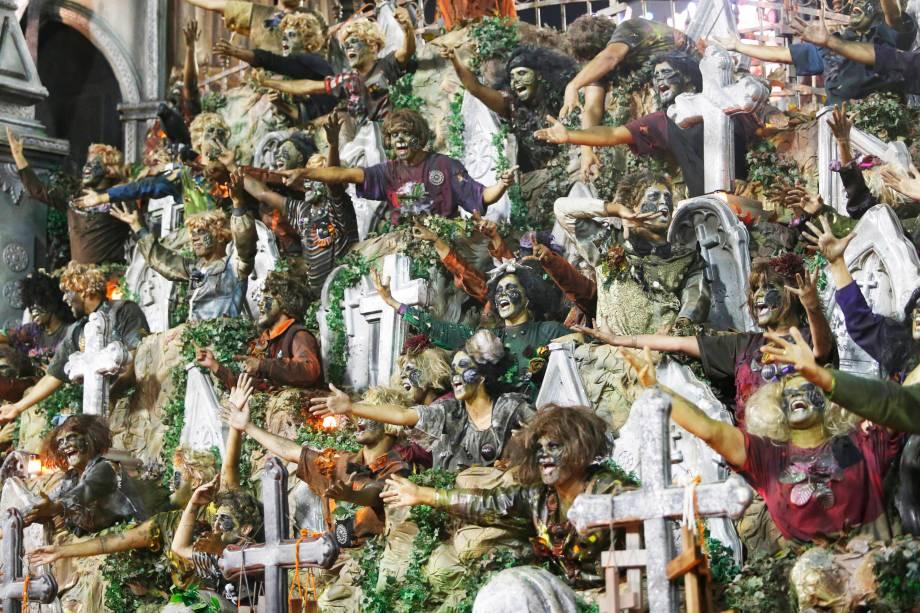 Carro alegórico representa um cemitério durante desfile da escola de samba Unidos do Viradouro, no Sambódromo da Marquês de Sapucaí - 04/03/2019