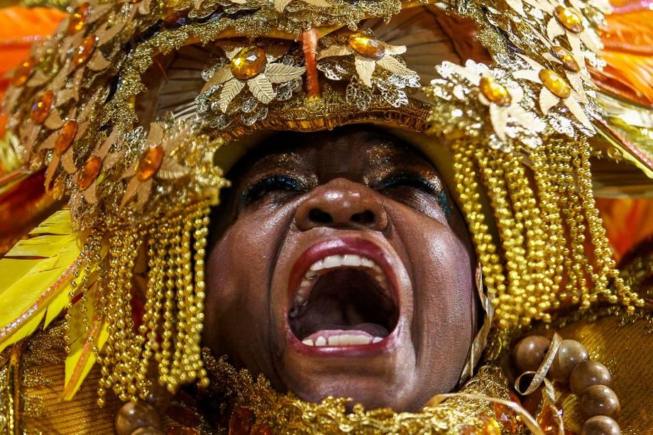Componente da escola de samba Águia de Ouro durante desfile no Sambódromo do Anhembi, em São Paulo (SP) - 02/03/2019