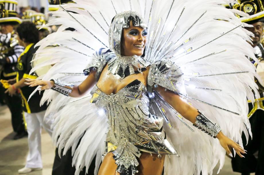 Raphaela Gomes, rainha da bateria da escola de samba São Clemente, durante desfile no Sambódromo da Marquês de Sapucaí - 04/03/2019