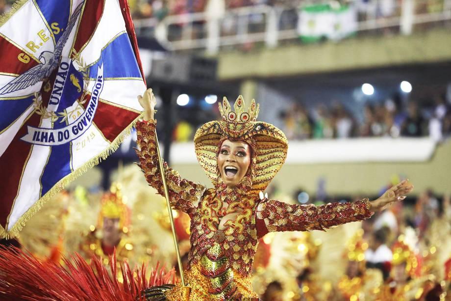 Porta-bandeira da escola de samba União da Ilha durante desfile na Marquês de Sapucaí - 05/03/2019