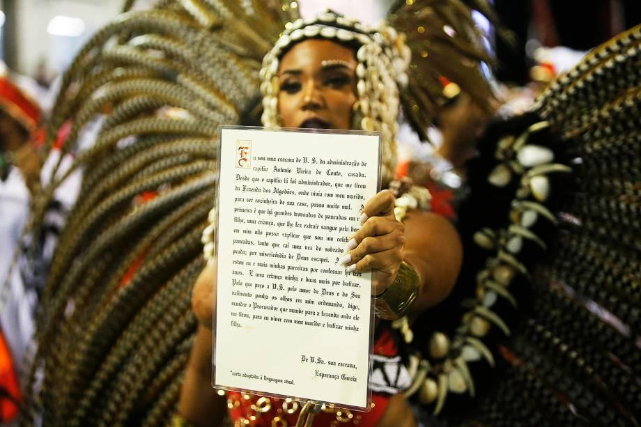 Evelyn Bastos, rainha de bateria da escola de samba Estação Primeira de Mangueira, é vista com exemplar de lei sobre posse de escravos, durante desfile - 05/03/2019