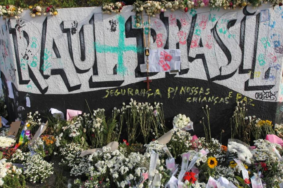 Homenagens às vítimas do tiroteio na Escola Estadual Raul Brasil são vistas durante a reabertura parcial da escola - 18/03/2019