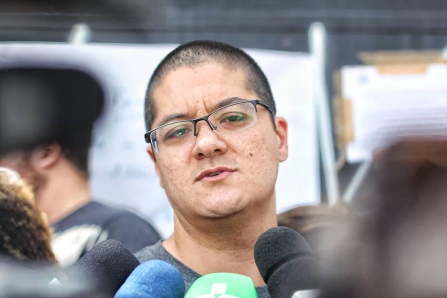 Vinicius Umezo, filho da coordenadora Marilena Umezo, fala à imprensa durante a reabertura da Escola Raul Brasil, em Suzano - 19/03/2019