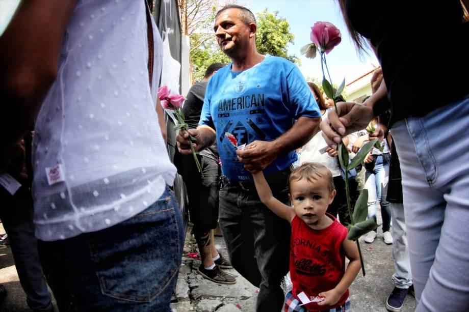 Estudantes são recebidos com flores durante a reabertura da Escola Estadual Raul Brasil, em Suzano, após o massacre que deixou 10 pessoas mortas incluindo os atiradores - 19/03/2019
