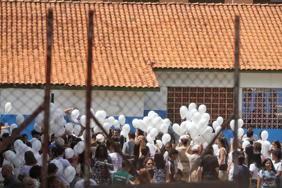 Estudantes soltam balões na quadra da escola Raul Brasil durante homenagem às vitimas do ataque a tiros da semana passada - 19/03/2019