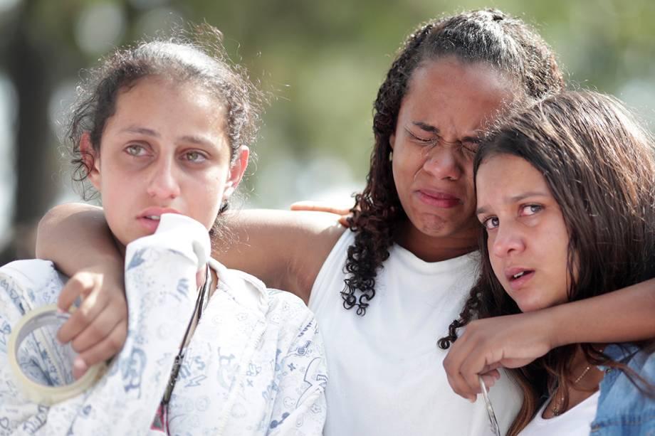 Estudantes choram de emoção durante a reabertura da Escola Raul Brasil, em Suzano - 19/03/2019