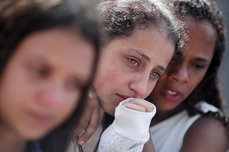 Estudantes choram durante tributo às vítimas de ataque na Escola Estadual Raul Brasil, em Suzano (SP) - 19/03/2019
