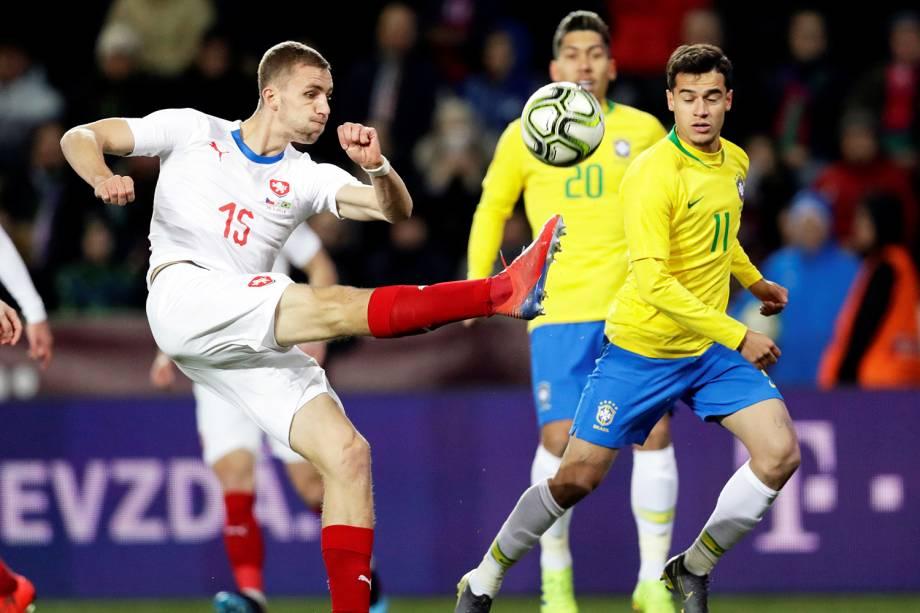 Tomas Soucek, jogador da República Checa, disputa lance com Philippe Coutinho, da Seleção Brasileira, durante amistoso realizado em Praga - 26/03/2019