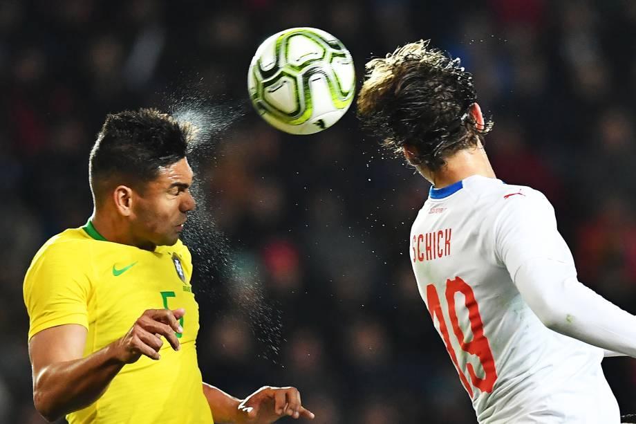 Casemiro (esq) disputa bola com Patrik Schick (dir), durante partida entre Brasil e República Checa, realizada em Praga - 26/03/2019