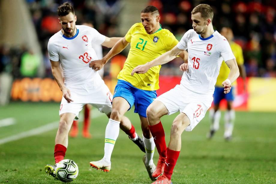 Filip Novak e Tomas Soucek, jogadores da República Checa, disputam lance com Richarlison, da Seleção Brasileira, durante partida amistosa realizada em Praga - 26/03/2019