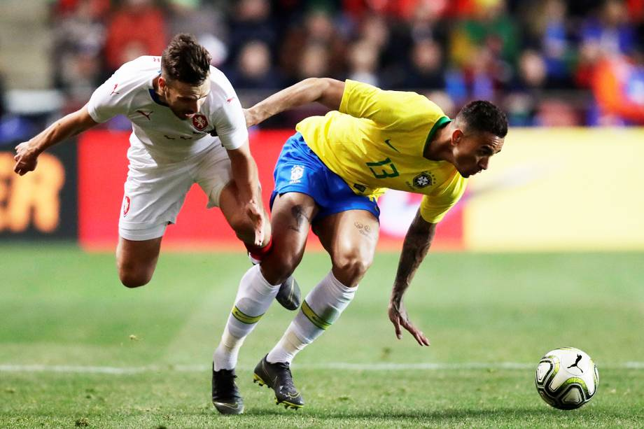 Filip Novak (esq) disputa lance com Danilo (dir), durante partida amistosa entre Brasil e República Checa, realizada em Praga - 26/03/2019