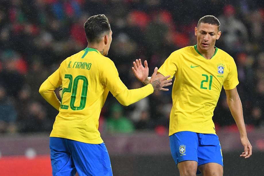 Roberto Firmino (esq) comemora gol com Richarlison durante amistoso contra a República Checa - 26/03/2019