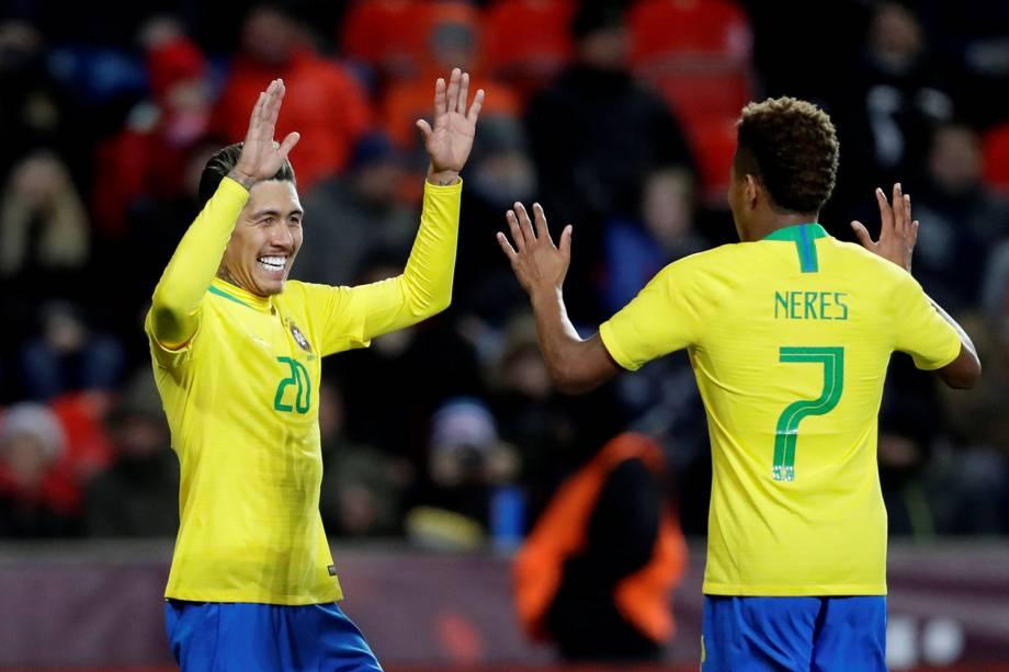 Roberto Firmino e David Neres comemoram após gol da Seleção Brasileira, em partida contra a República Checa - 26/03/2019
