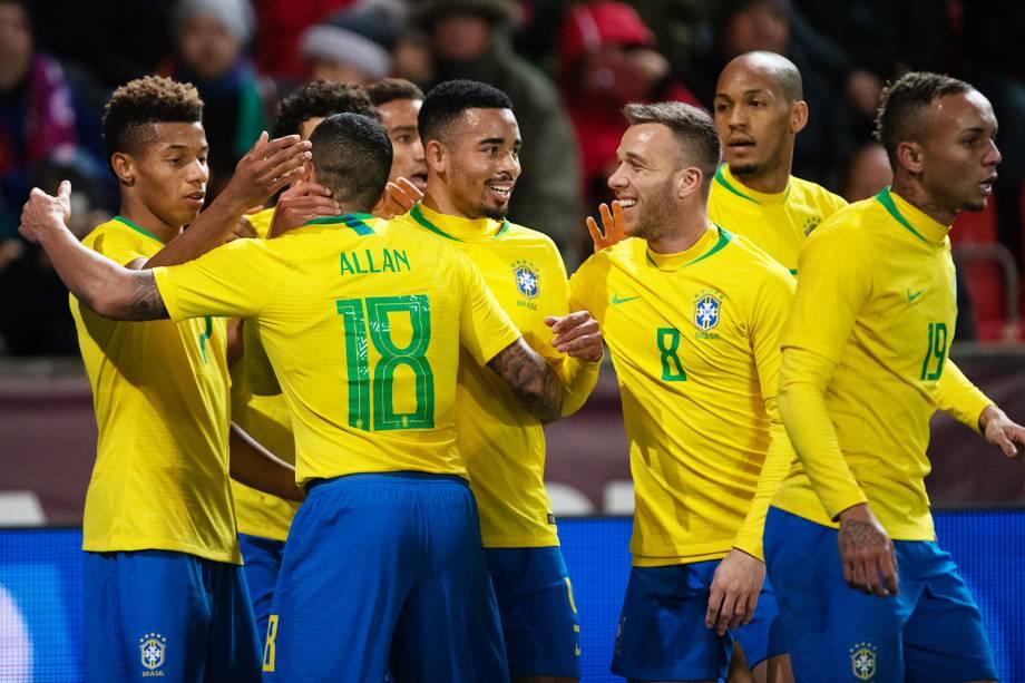 Gabriel Jesus (centro) comemora com seus companheiros após marcar gol durante partida entre Brasil e República Checa, realizada em Praga - 26/03/2019