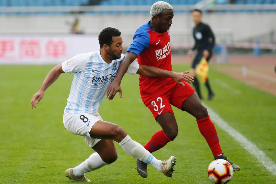 Moussa Dembélé (esq.) (Guangzhou R&F)
