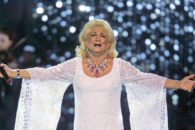 """Hebe Camargo canta a música """"Você Não Sabe"""" no show em homenagem aos 50 anos da carreira de Roberto Carlos"""