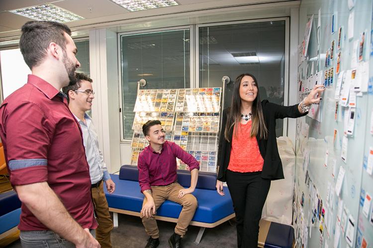 Colaboradores do Itaú Unibanco, já aprovados em seleção, em treinamento na sede do banco, em São Paulo