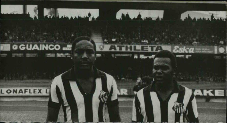 4 de janeiro de 1973 - O zagueiro Joel Camargo e Coutinho, do Santos Futebol Clube, no estádio do Morumbi