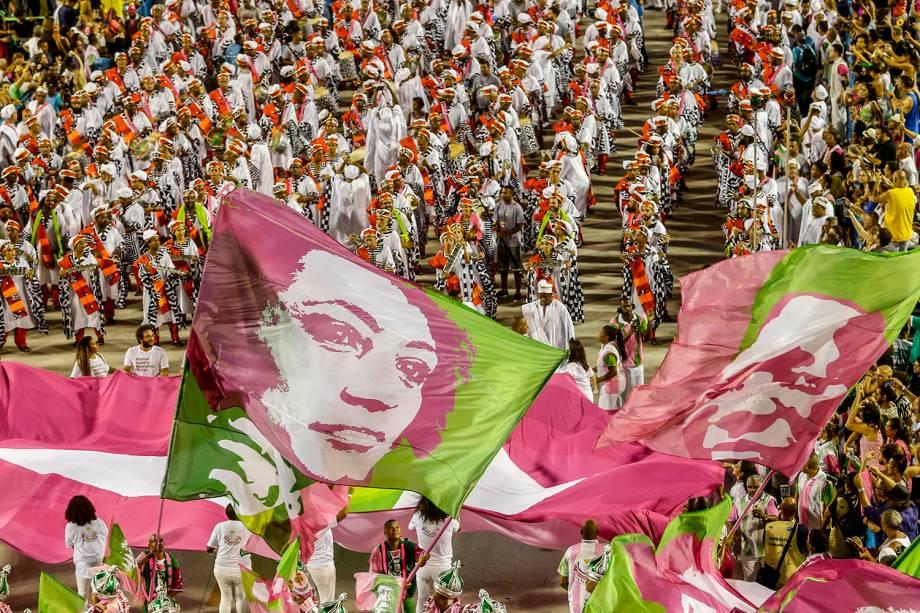 Escola de samba Mangueira exibem bandeira estampada com o rosto de Marielle Franco durante desfile na Marquês de Sapucaí - 05/03/2019