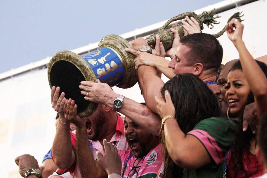 Integrantes da escola de samba Estação Primeira de Mangueira exibem trofeu durante comemoração título do título do Carnaval carioca - 06/03/2019