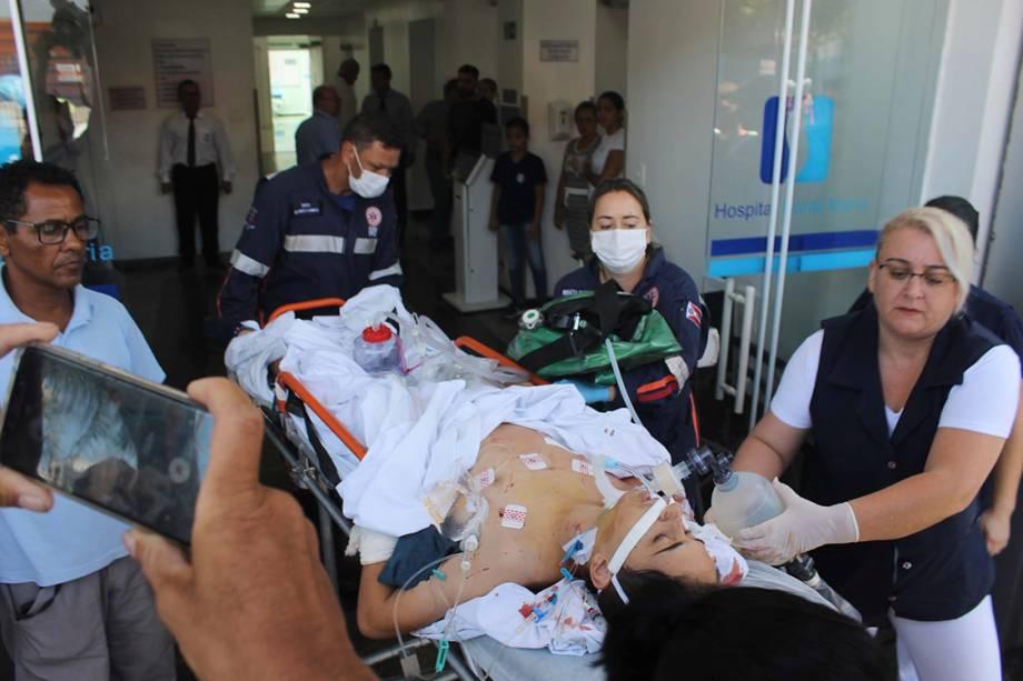 Adolescente ferido em tiroteio na Escola Estadual Raul Brasil, em Suzano (SP), é transferido de ambulância do Hospital Santa Maria para a Santa Casa - 13/03/2019