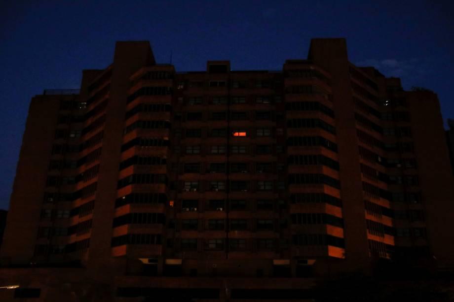 Edifício fica no escuro durante o segundo dia de apagão em Caracas, Venezuela - 09/03/2019