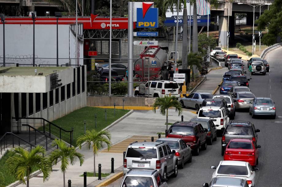 Motoristas formam fila por combustível em um posto de gasolina durante o terceiro dia de um apagão em Caracas, Venezuela - 10/03/2019