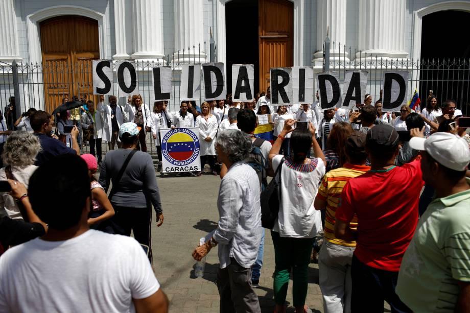 """Médicos seguram cartazes com a palavra """"Solidariedade"""" durante manifestação em frente a uma igreja no centro de Caracas, na Venezuela - 10/03/2019"""