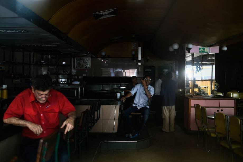 Clientes permanecem em um restaurante durante um corte de energia em Caracas, na Venezuela - 07/03/2019