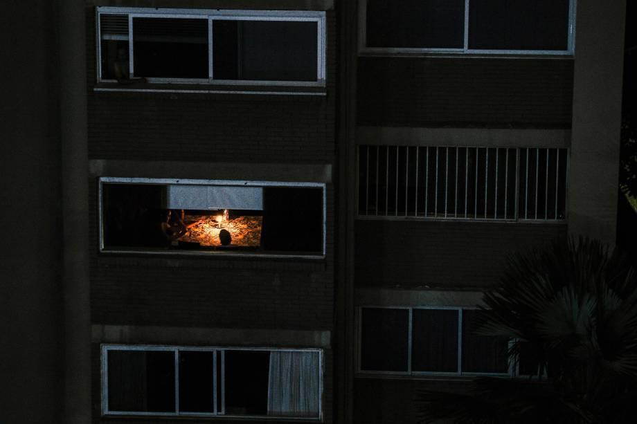 Moradores usam velas para iluminar um apartamento durante o terceiro dia do apagão que afeta Caracas e grande parte da Venezuela - 10/03/2019