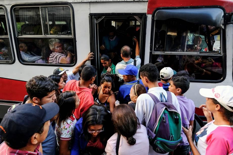 Passageiros se amontoam para embarcar em um ônibus após  queda de energia em Caracas, na Venezuela - 07/03/2019