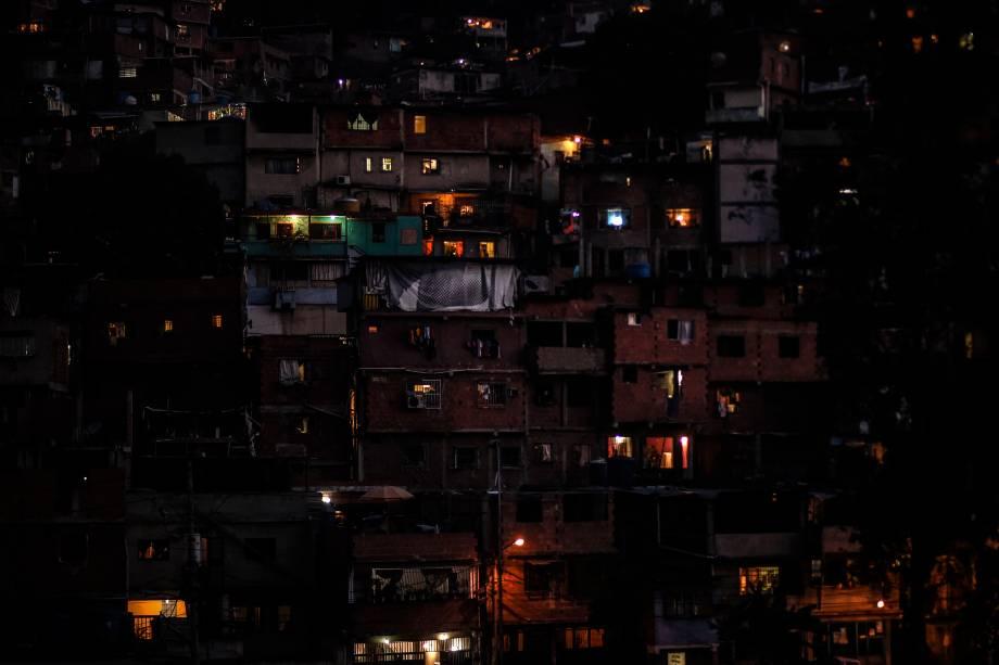 Vista parcial do bairro Petare Hill, em Caracas, onde a eletricidade foi restaurada durante o terceiro dia do apagão que deixou a capital e grande parte do país sem comunicações, água e eletricidade - 10/03/2019