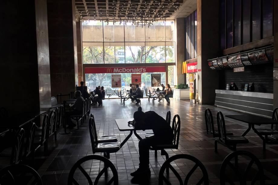 Shopping center fica às escuras durante apagão em Caracas, Venezuela - 08/03/2019