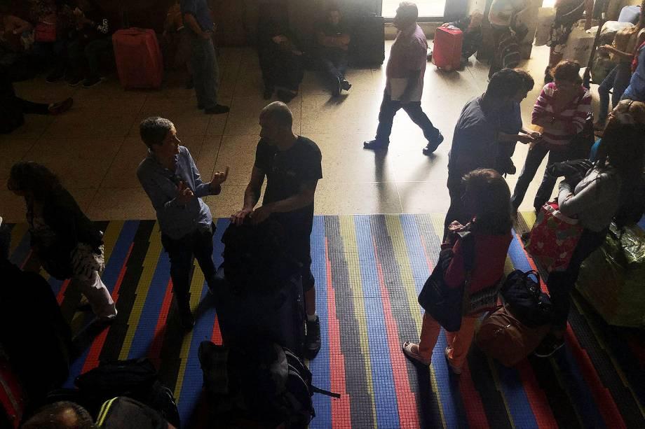 Passageiros aguardam na área de check-in do Aeroporto Internacional Simón Bolívar, em Caracas, capital da Venezuela, durante blecaute - 08/03/2019