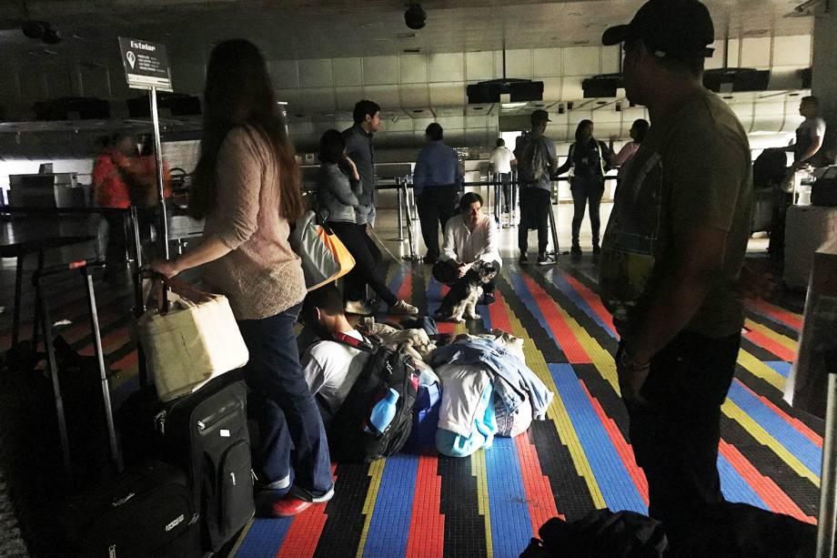 Pessoas aguarda em fila para viajar no Aeroporto Internacional Simón Bolívar, em Caracas, após novo apagão atingir o país - 25/03/2019