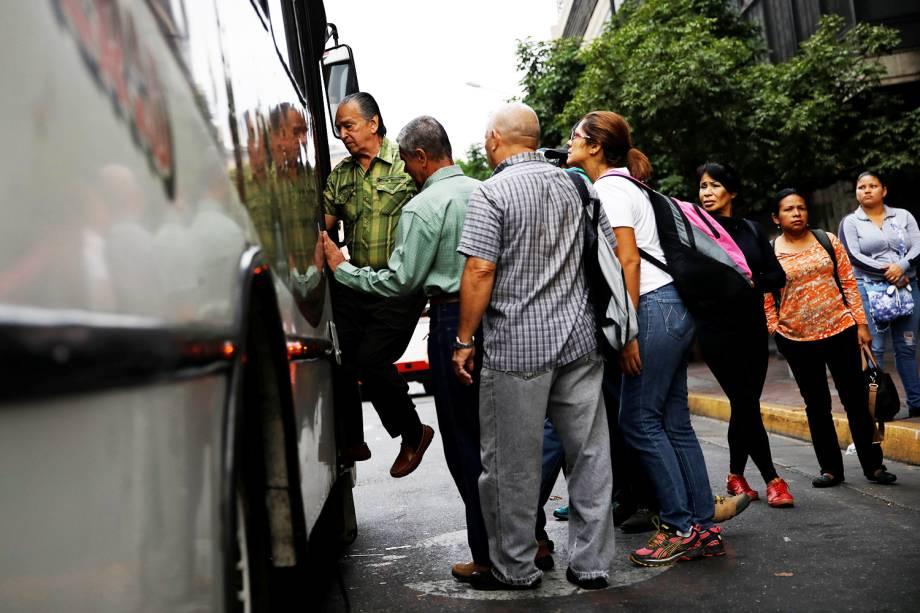 Pessoas entram em ônibus durante novo apagão em Caracas, capital da Venezuela - 26/03/2019