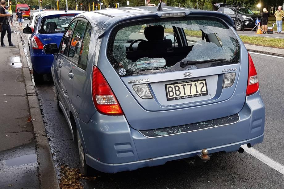 Carro fica com os vidros quebrados após um atirador abrir fogo dentro da mesquita Masjid al Noor durante as orações da tarde, causando várias mortes em Christchurch, na Nova Zelândia - 15/03/2019
