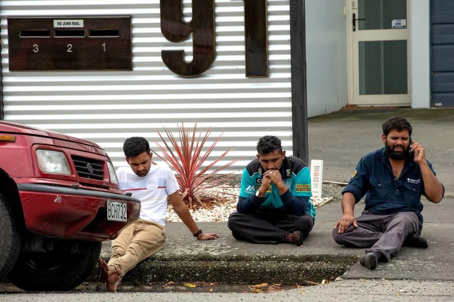 Homens choram enquanto aguardam informações sobre as vítimas de um ataque a tiros na mesquita Al Noor em Christchurch, Nova Zelândia - 15/03/2019