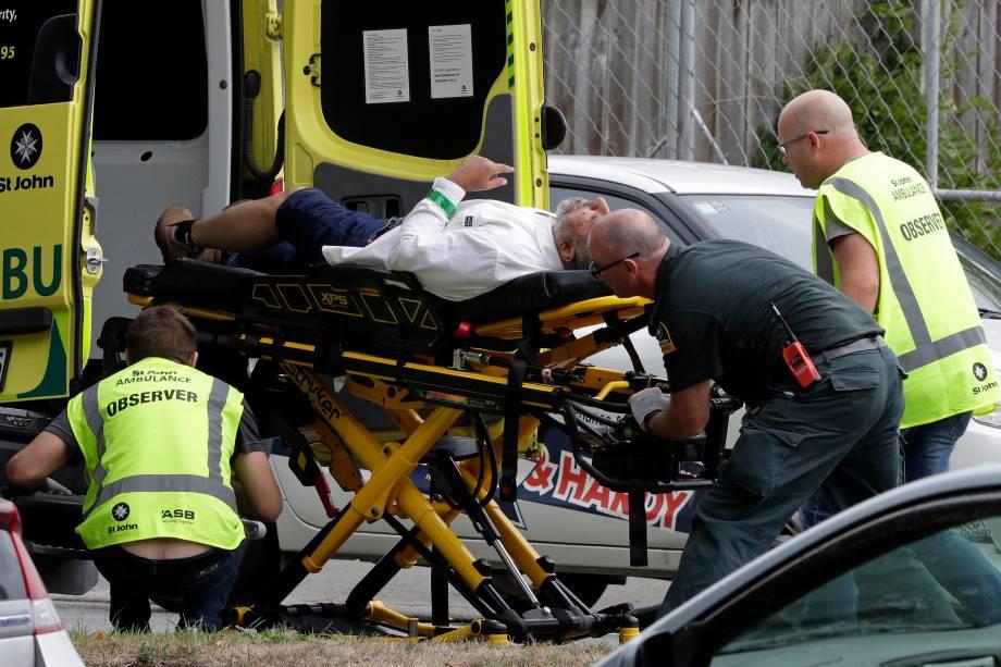 Homem é levado para uma ambulância após a taque a tiros a uma mesquita no centro de Christchurch, Nova Zelândia - 15/03/2019