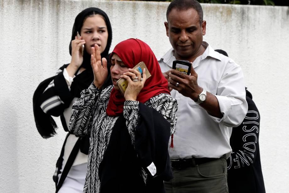 Pessoas aguardam por informações do lado de fora de uma mesquita após um ataque a tiros no centro de Christchurch, Nova Zelândia - 15/03/2019