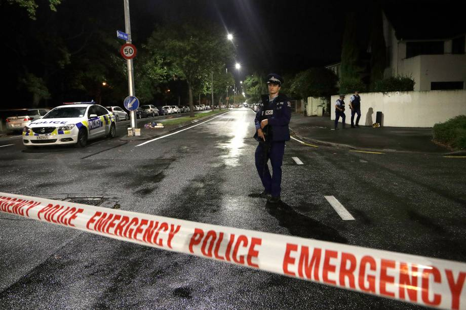 Policiais isolam a área nos arredores de uma mesquita no centro de Christchurch, Nova Zelândia após um ataque a tiros em duas mesquitas durante as orações de sexta-feira - 15/03/2019