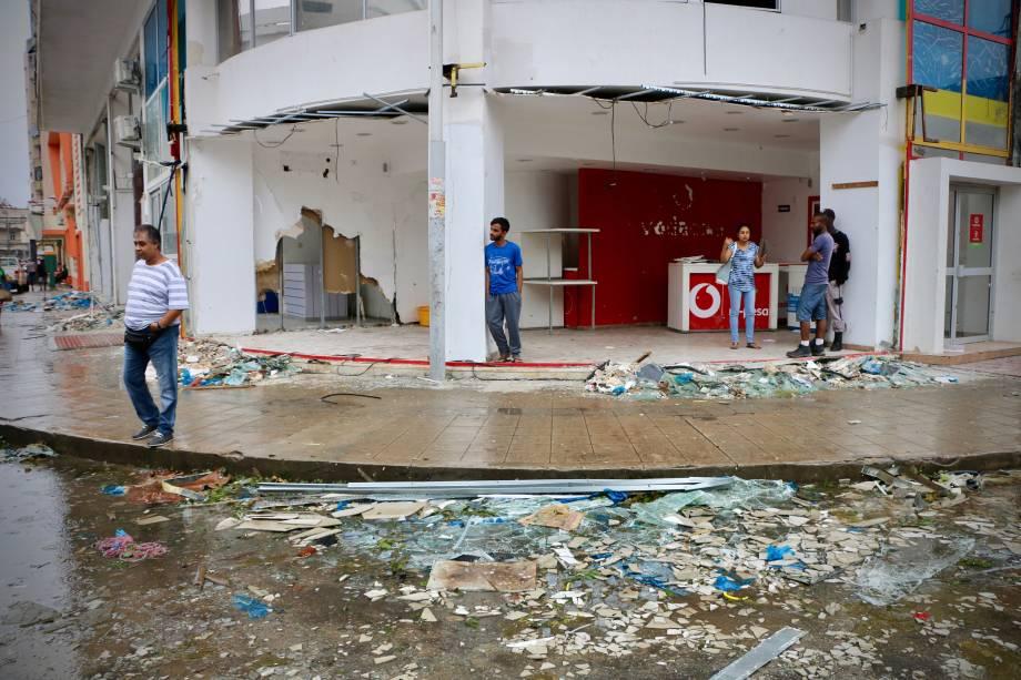 Moradores e lojistas são vistos em meio à destruição provocada pela passagem do ciclone Idai em Beira, Moçambique - 17/03/2019