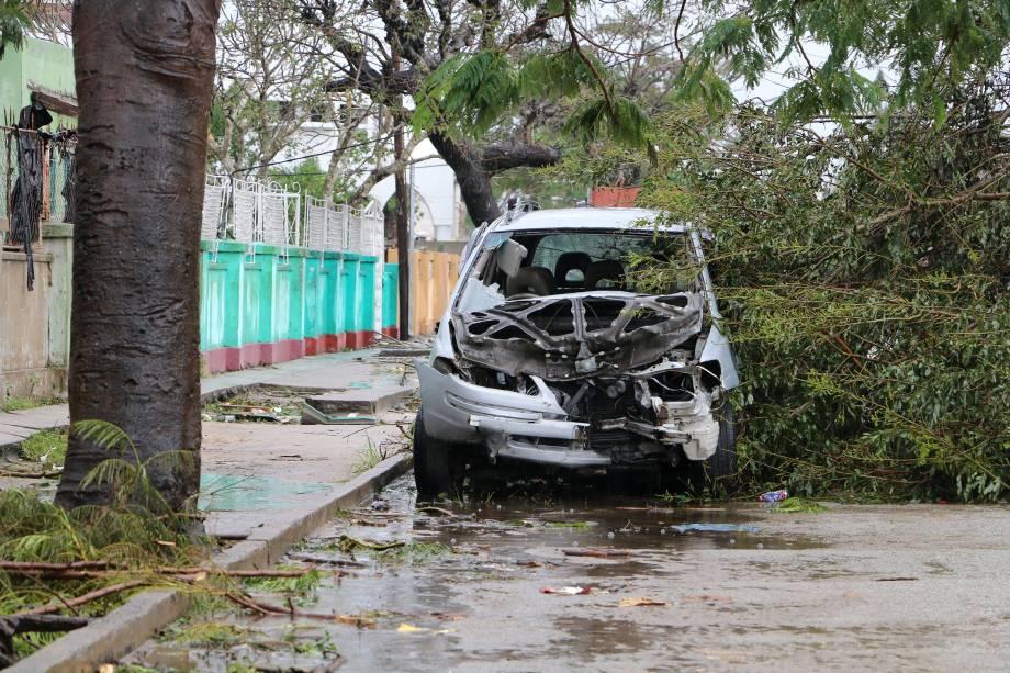 Carro fica destruído após passagem do ciclone Idai em Beira, Moçambique - 17/03/2019