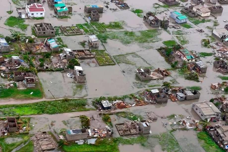 A Cruz Vermelha diz que até 90 por cento da cidade portuária de Beira, em Moçambique, foi danificada ou destruída pelo ciclone tropical Idai
