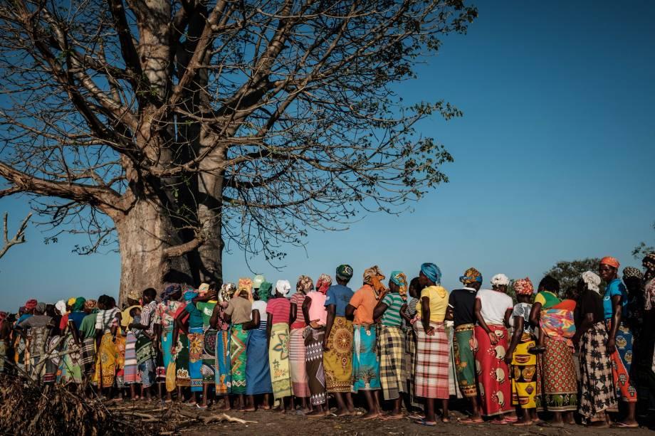 Mulheres esperam em fila para receber suprimentos da organização de assistência em desastres da África do Sul, Gift of the Givers, depois que a área foi isolada pelo ciclone Idai em Estaquinha, a cerca de 80 km a oeste de Beira, Moçambique - 26/03/2019