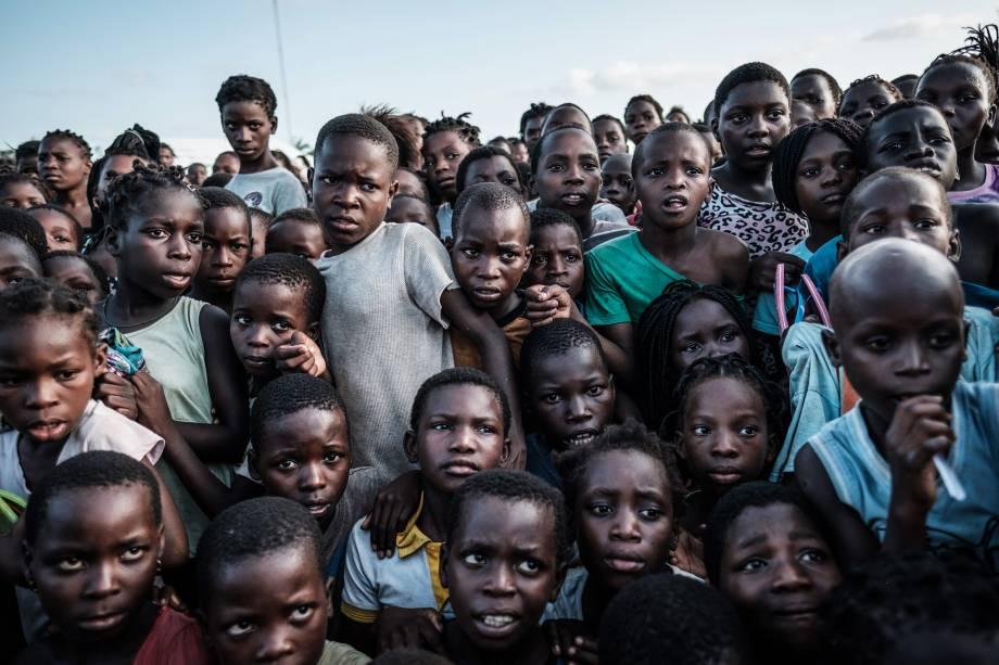 Crianças esperam para receber alimentos em um supermercado local em Dondo, a cerca de 35 km ao norte de Beira, cidade que ficou destruída após passagem do ciclone Idai em Moçambique - 27/03/2019